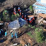 倒壊家屋で救出活動を続ける救援隊