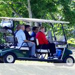 ゴルフ場カートで歓談しながら移動 青木会長も同伴