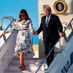タラップを降りる大統領夫妻