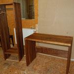 Schreibtisch und Garderobenelement aus Massivholz Nussbaum, geölt