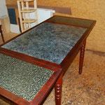 Ausziehteile enthalten die Originale Füllung (Linoleum); im mittleren Tischblatt ist eine Füllung mit einer Imitationsmalerei