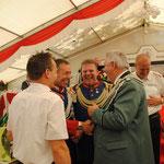 2011 und der Fahnenmajor überbringt die Glückwünsche zur Beförderung