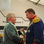 2011 Bruderschftsmedallie für den General Hans-Jürgen Brocker, links Präsident Alfred Kopp