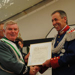 2011 Unser Major Heinz Heussen wird zum Oberst befördert, links Präsident Alfred Kopp