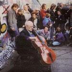 Mstislav Rostropovitch devant le mur de Berlin