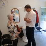 Herr Waschescio (Ergotherapeut, Zentrumsleitung) mit einer interessierten Besucherin