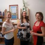 von links: Frau Walter (Ergotherapeutin), Frau Schneider (Physiotherapeutin) mit Besucherin