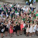 Der Abiturjahrgang 2014 der KGS mit den Zeugnissen – Foto: JPH