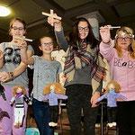Kreative Arbeiten: Alina (von links), Milena, Katharina und Laura zeigen im Textilunterricht gestaltete Marionetten. (Gückel)