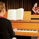 Jugend-musiziert-Preisträgerin Anne-Liese Siemens (links) zeigt, was sie kann. (Gückel).