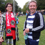 Auch die Direktorin der KGS, Helga Akkermann, hier mit Rüdiger Streilein von den Zebras, war anwesend. Sie hatte sich nur etwas in der Fan-Bekleidung geirrt – Foto: JPH