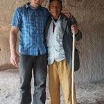 kurdischer Hirt zeigt uns spontan eine Höhle