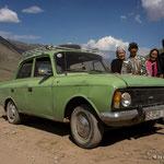Kirgisiche Familie mit Lada