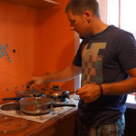 Anstatt ein Hotelzimmer haben wir für eine Nacht in Novosibirsk eine charmante 1-Zimmerwohnung..Roy beim Kochen
