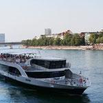 Ausflugsschiff auf dem Rhein bei Basel