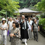 住職と長谷寺境内を散策。アジサイがきれいでした。