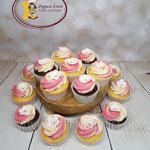 Roze met witte cupcakes. Vanille en chocolade