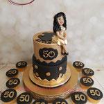 Zwart met goud met de jarige bovenop de taart