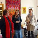 Galeristin Martina (Mitte), eine Besucherin und ich im Gespräch bei der Vernissage...