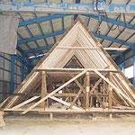 Das Dachgeschoß ist saniert, die hier noch sichtbaren Sparren aus Neuholz mussten zur Aufnahme der Dämmebene und zur Standsicherheit in die bauzeitliche Sparrenlage eingefügt werden