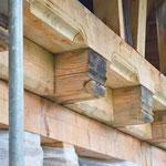 Die Balkenlage über dem Erdgeschoß musste komplett neu erstellt werden, die am Bestand noch vorgefundenen Profile (hier im Bild die Schiffchenkehlen und die Kopfprofilierungen) wurden identisch wieder ausgearbeitet