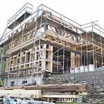 Aufrichten des Gebäudes in Kleinneundorf: Das Erdgeschoß war an dem alten Standort nicht vorhanden, auf Grund der Hanglage und der geplanten Nutzung wurde es im gleichen Baustil neu erstellt