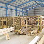Restauriertes Obergeschoß in der Montagehalle: Links im Gebäude ist die fertig rekonstruierte Bohlenstube erkennbar
