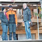 Die erlösende Fertigstellung des Aufbaus: im Bild die Bauherrschaft Marika und Andreas Rauch sowie der Geschäftsführer des Holzbaubetriebes (von links nach rechts)