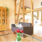 Die Balkenwand ist eine ehemalige Fachwerkwand - das Holz wurde gewachst und geölt.