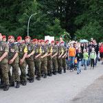 Gemeinsamer Einmarsch einer militärischen Gruppe und Kindern bei den 4AM