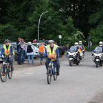 Einfahrt von Polizei und Feldjägern
