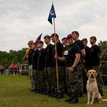 Marschierende mit Hundebegleitung