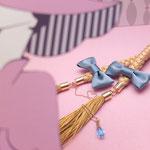 [O・SA・GE Brooch]三編み部分には同色の絹リボンを編み込みニュアンスのある仕上がり。チェーンにはアリスの涙の一粒、水色のスワロフスキーが揺れます