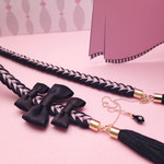 [O・SA・GE Brooch]三編み部分にはアリスのチャーミングを思わせる薄桃色の絹リボンを編み込みました