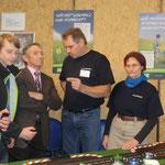 Günther Hofmann lässt sich von Erwin erklären, wozu ein Landwirtschaftsmeister fähig ist, wenn er sich über seine Carrerabahn ärgert (Erwin hat seitdem ein Patent auf Weichen - und jetzt fahren auch Schlepper auf der Bahn)