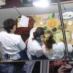Die Vorführküche mal durch den Spiegel betrachtet