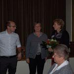 Die zweite Vorsitzende Imke Wicke bedankt sich bei Sven Thöle und seiner Mutter Jutta Thöle für die erfolgreiche Gestaltung der Vortragsreihen und anderer Veranstaltungen 2016 in ihrem Hause.