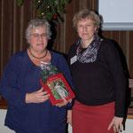 Imke Wicke überreicht der Referentin unser Buch als Dankeschön.