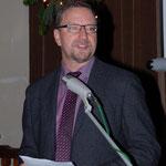 """Pastor Paul-Gerhard Meißner stellt die neue Lutherbibel vor und hält eine kurze Andacht zum Thema """"Erwartung in der Vorweihnachtszeit""""."""