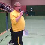 Bernd Nörder_seit vielen Jahren ist seine Stimme den Zuschauern und Spielern bei Hallenfußballturnieren des TuS Hinte bekannt
