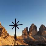 Dieses kleine Kreuz steht neben der Kapelle