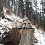 Der Steig wird durch einige Steinmännchen markiert