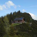 Rückblick zur Hütte am Weg zum Hohen Kalmberg