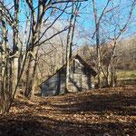 Vorbei an einer kleinen Holzhütte