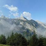 Blick während der Wanderung auf großen und kleinen Traunstein, sowie die anderen umliegenden eindrucksvollen Berge des Tennengebirges