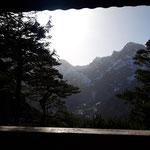 Ausblick von der Sonnenterrasse der Hütte auf die Almtaler Sonnenuhr (aufgrund von Saharastaub in der Luft war der Blick nicht so klar)