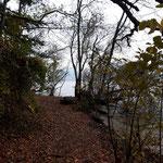 Wegverlauf am Seeufer - leider etwas grau, aber dennoch wunderschön