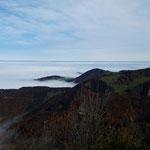 Der Blick ins Alpenvorland ist sehr kitschig unter der Nebeldecke versteckt - zu sehen sind hier die Grünburger Hütte und das Kruckenbrettl