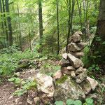 Viele Steinmännchen am Weg weisen den Weg