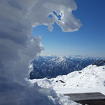 Weil sich das verschneite Gipfelkreuz einfach optimal für dieses Bild anbietet :)